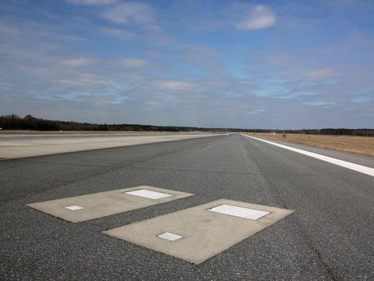 Savannah, el único aeropuerto del mundo con dos tumbas en una de sus pistas